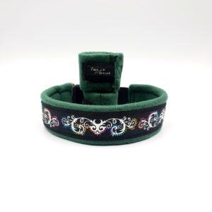 Hundhalsband med flerfärgat dekorband samt benmanschetter